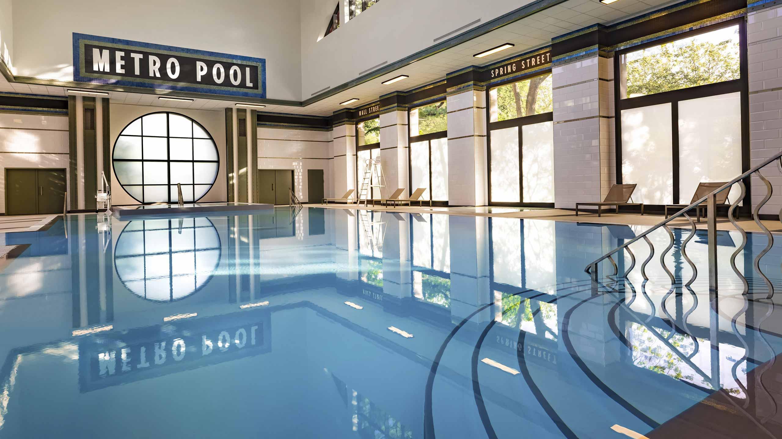 Um ginásio e piscina interior/exterior